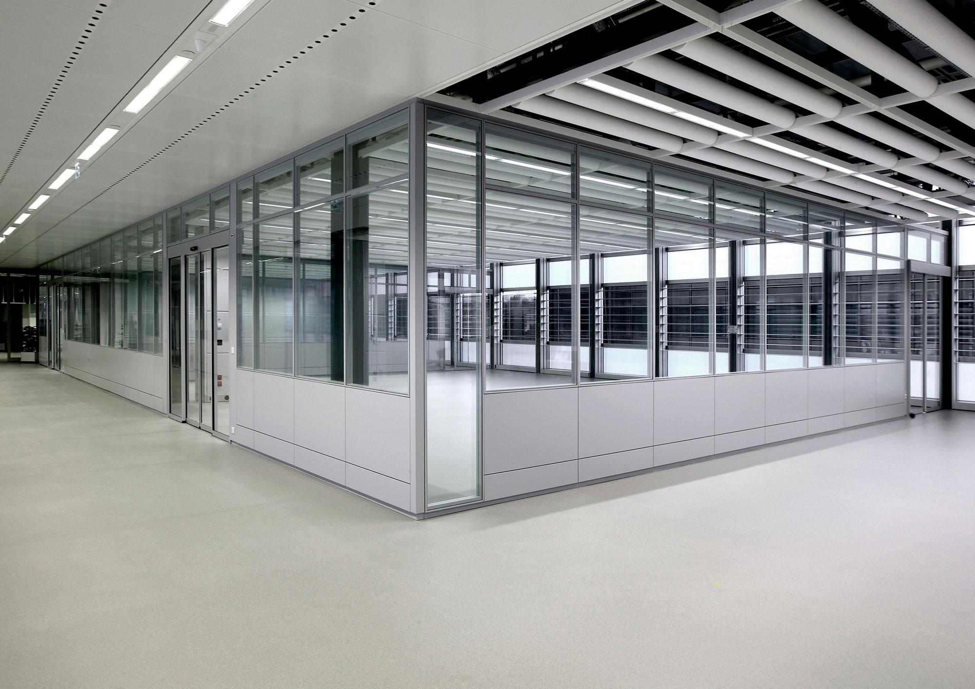 Rolex Plan-les-Ouates – Comme dans les autres unités de production genevoises de Rolex SA, la distribution interne des stocks est assurée de manière automatique et pilotée par un système informatique.