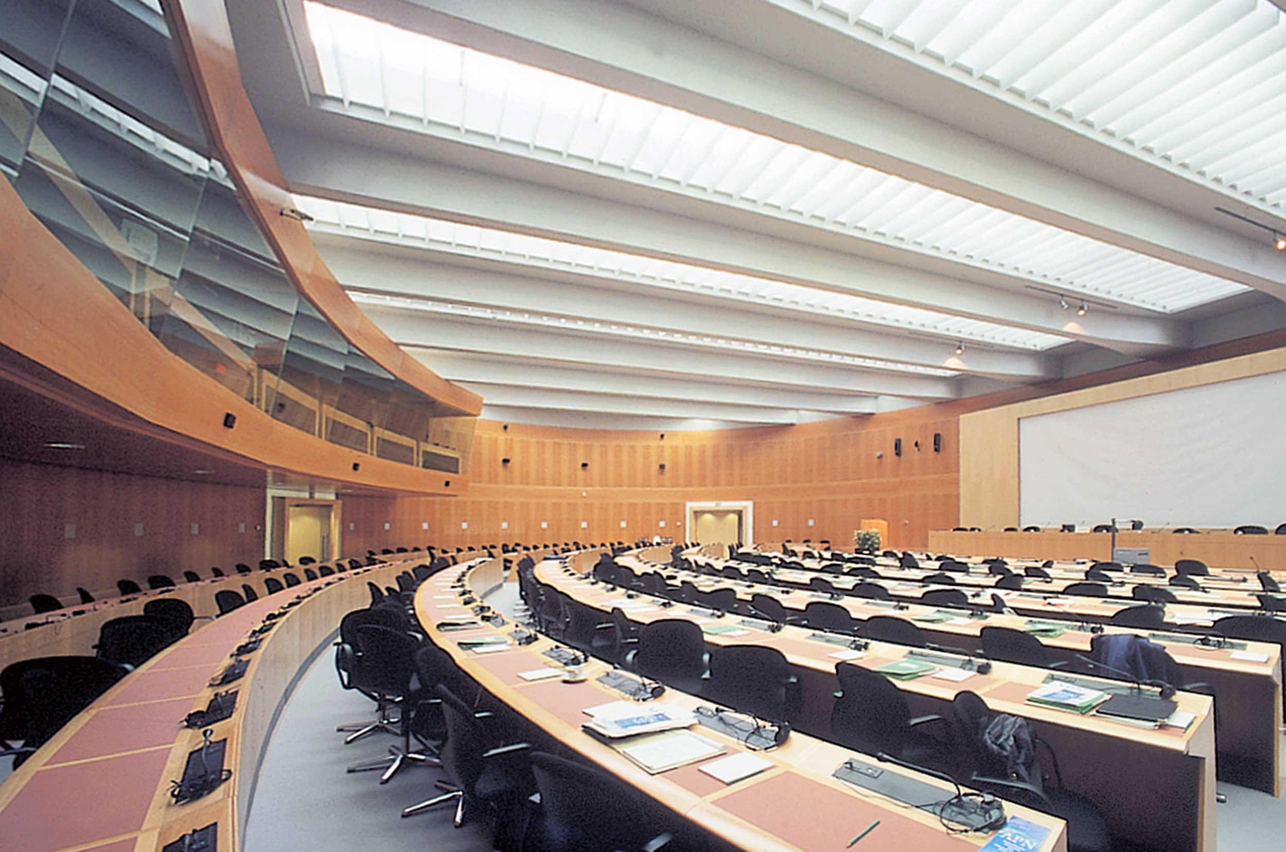 Le bâtiment comprend une salle de conférence (260 personnes), une salle de séminaire (60 personnes) et des salons de réception.