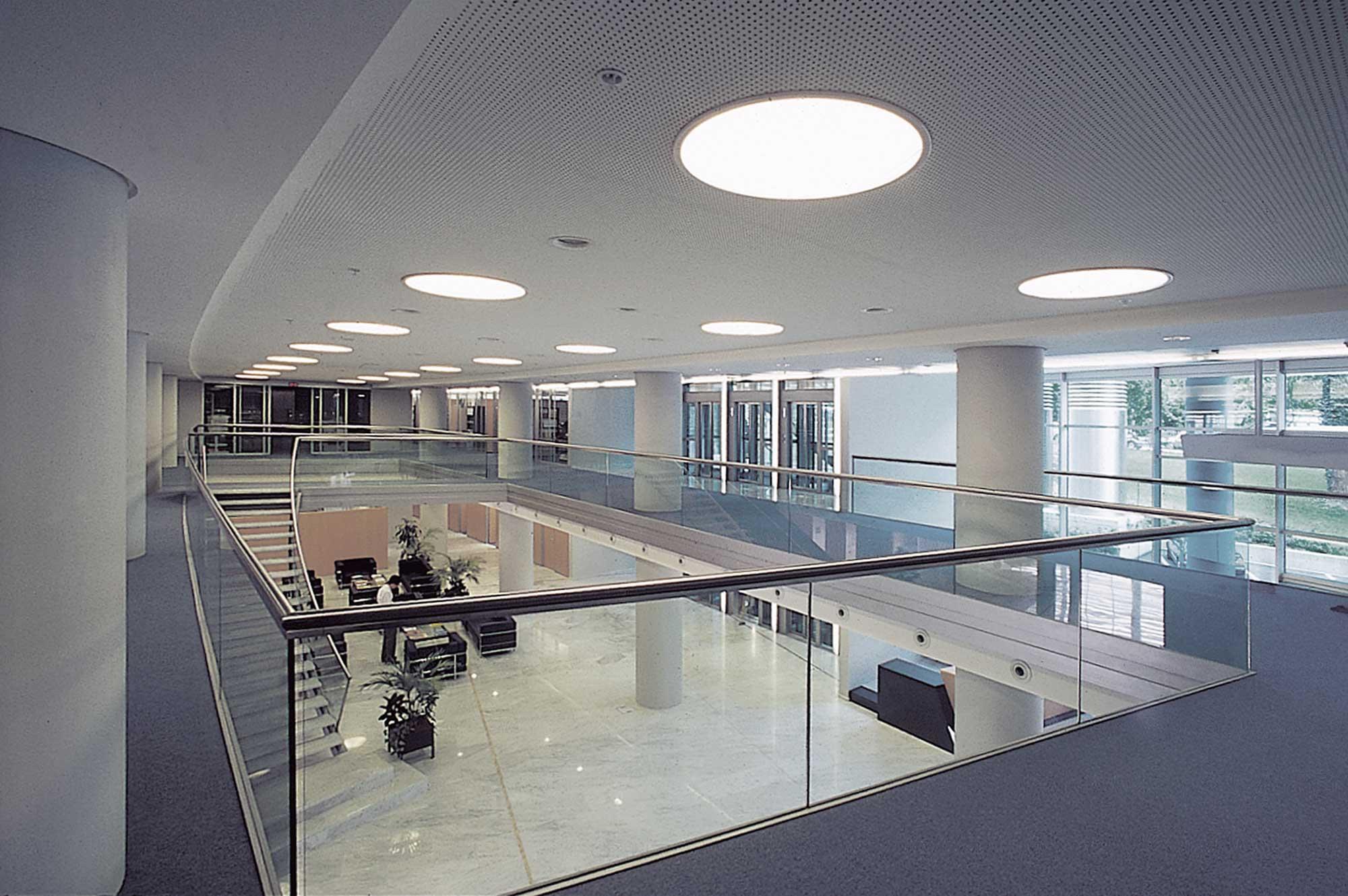 Le verre est utilisé pour les cloisons intérieures, et les parois des ascenseurs  pour limiter l'emploi de la lumière artificielle.