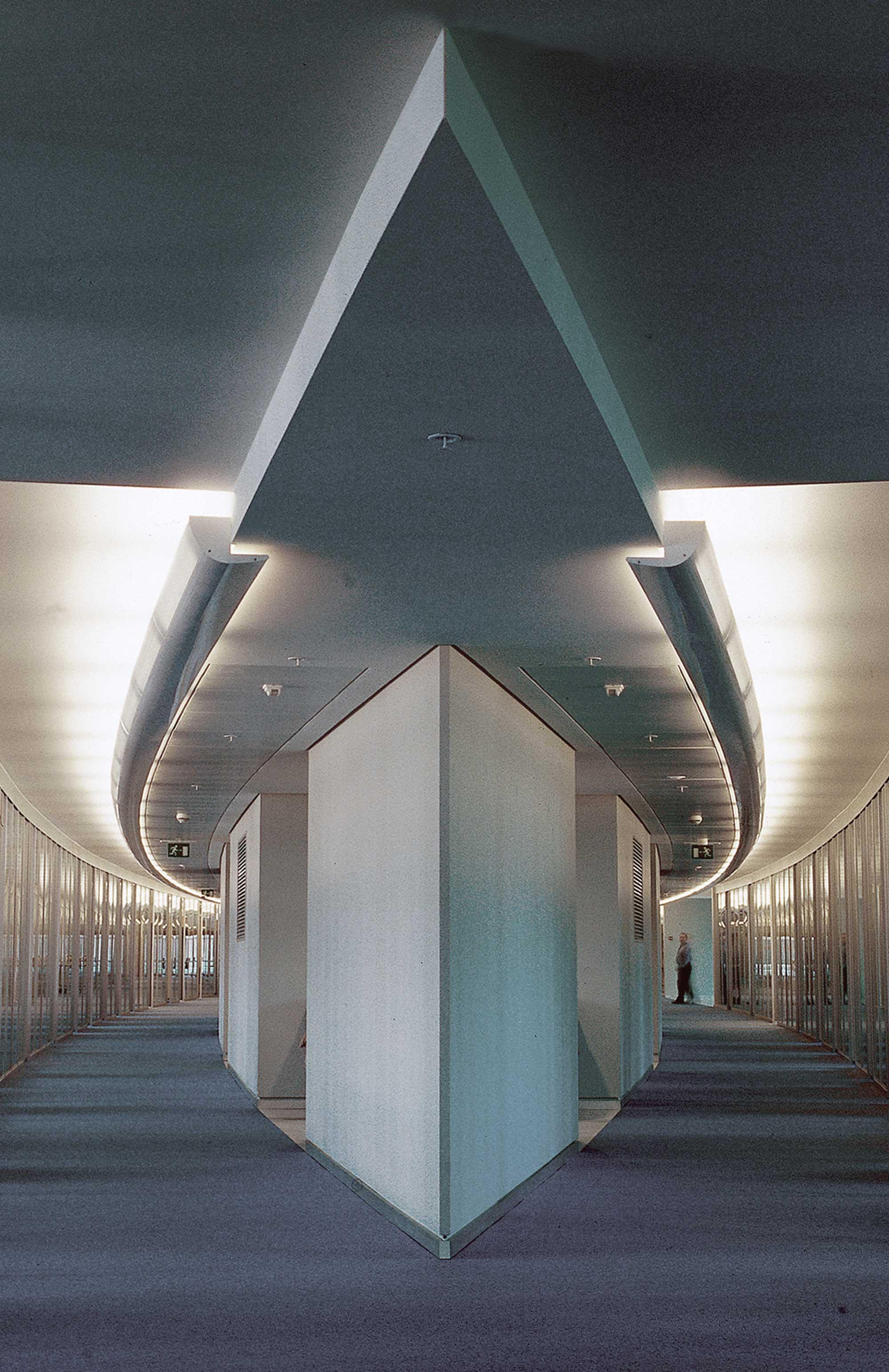 De larges espaces communs au centre de chaque étage favorisent les échanges.