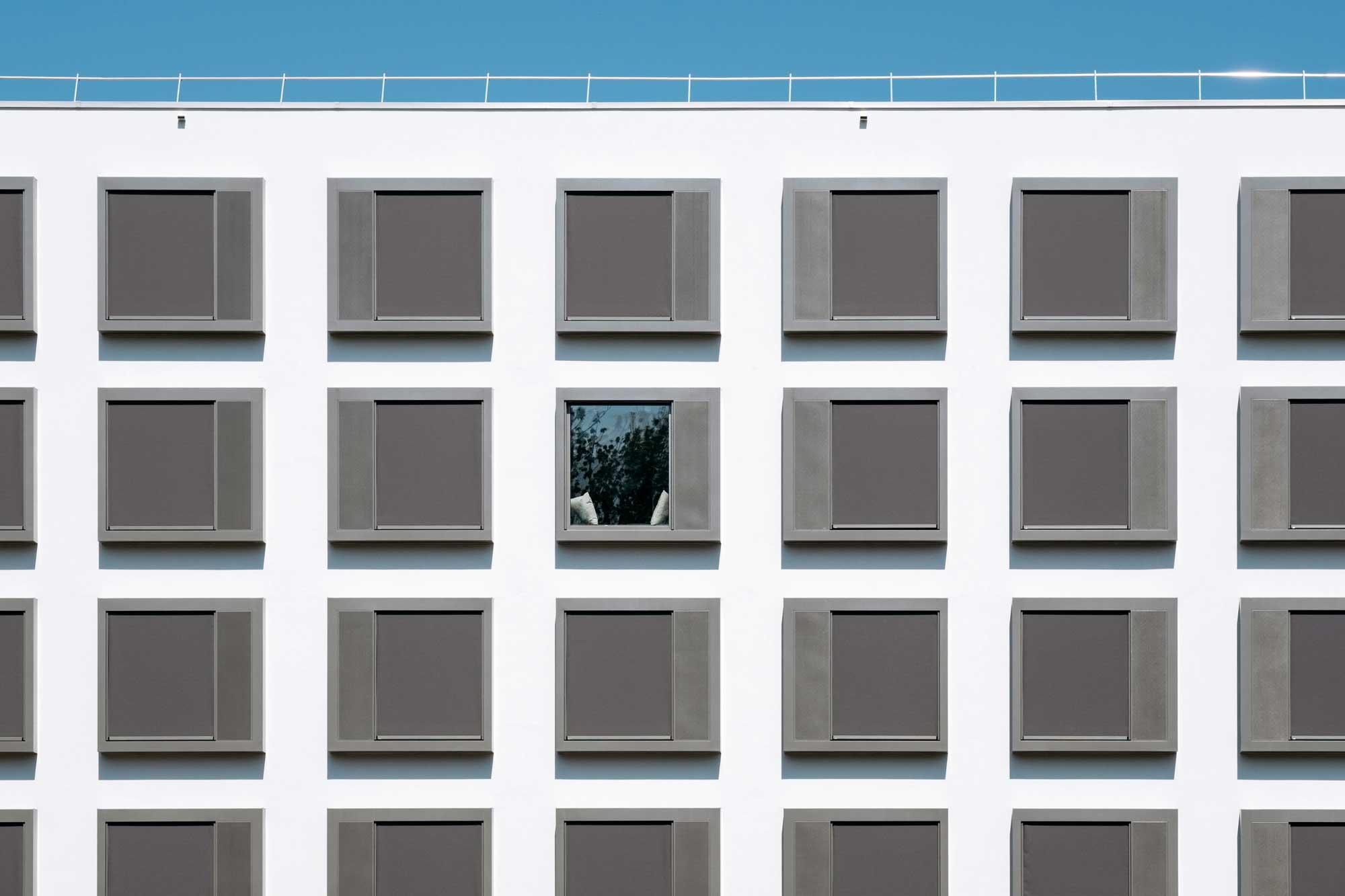 Les fenêtres, conçues comme de véritables extensions des chambres, rappellent aussi des cases de BD, thème de la décoration de l'hôtel.