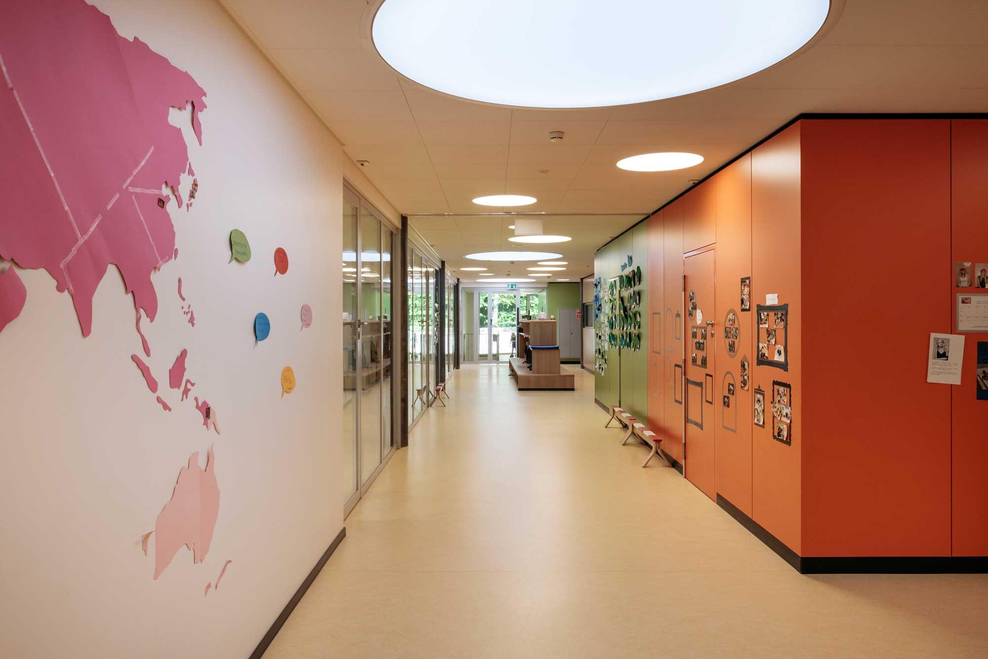 Les grandes baies vitrées entre les pièces permettent aux éducatrices de mieux surveiller les enfants.