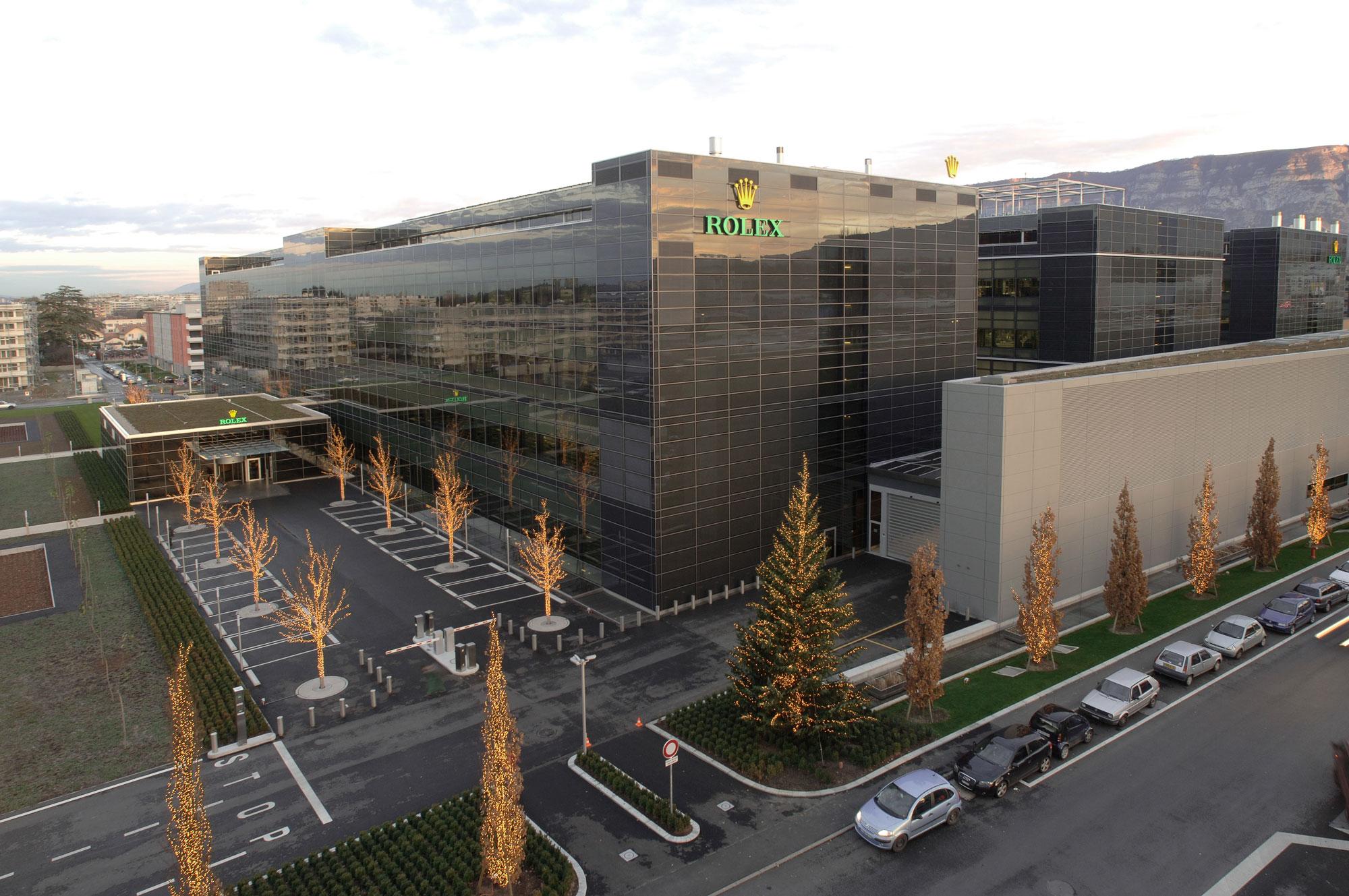 Rolex Plan-les-Ouates – Des modules en verre Parsol gris et des profilés en aluminium habillent la façade.