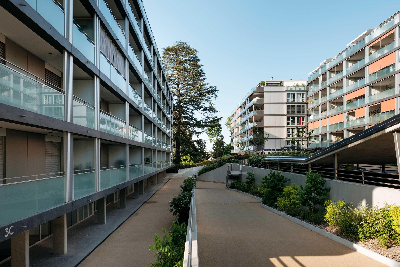 Un parking et des locaux techniques sont réalisés en sous-sol sur un ou deux niveaux selon la pente du terrain.
