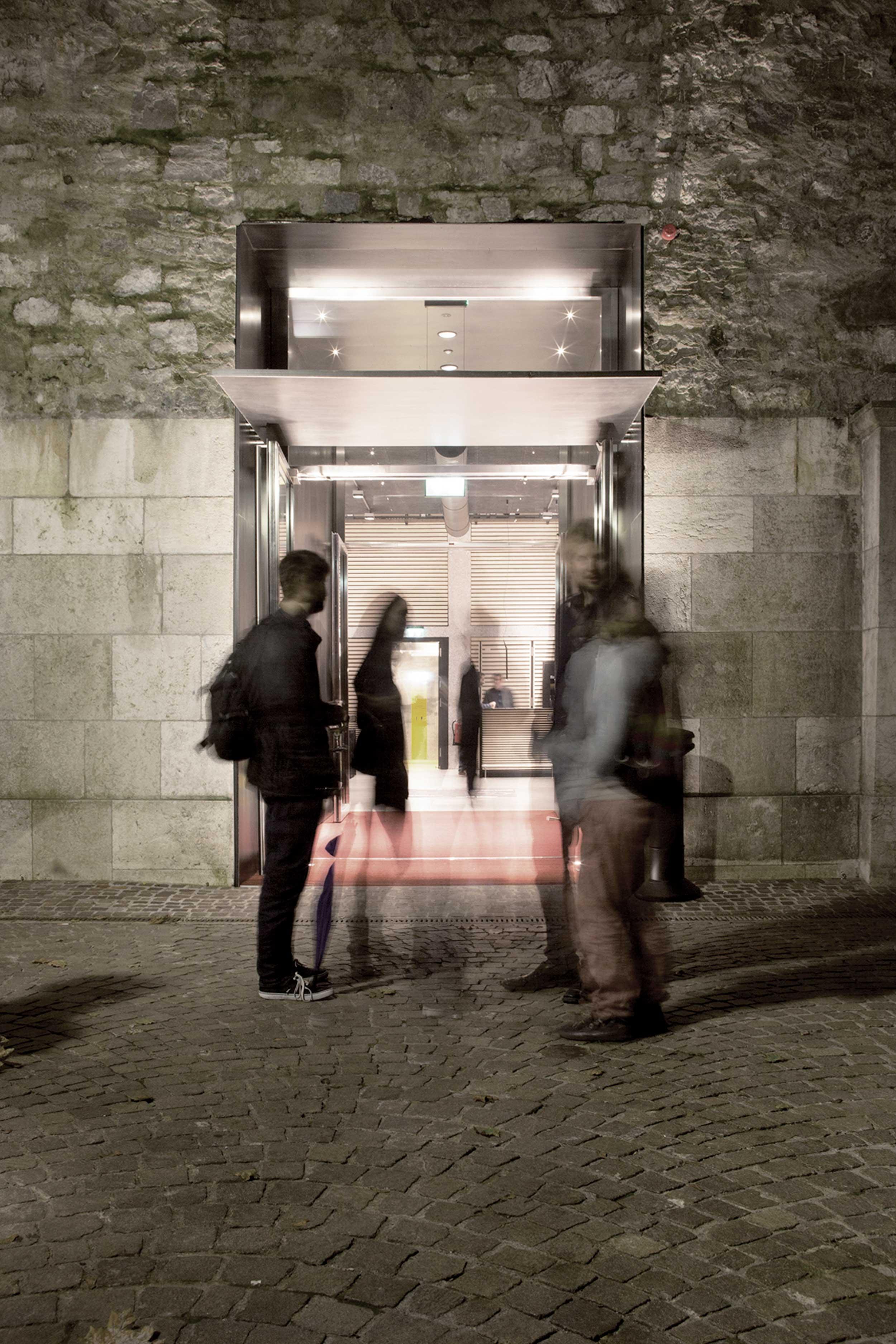 Au pied de la vieille-ville de Genève, une discrète porte d'entrée percée dans la muraille ouvre sur le centre multiculturel L'Abri.